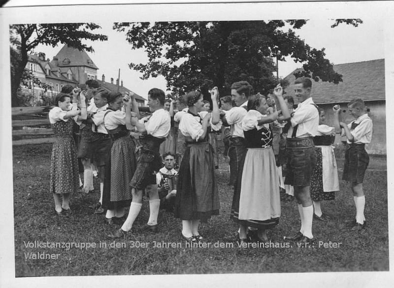 Volkstanzgruppe in den 1930er Jahren hinter dem Vereinshaus