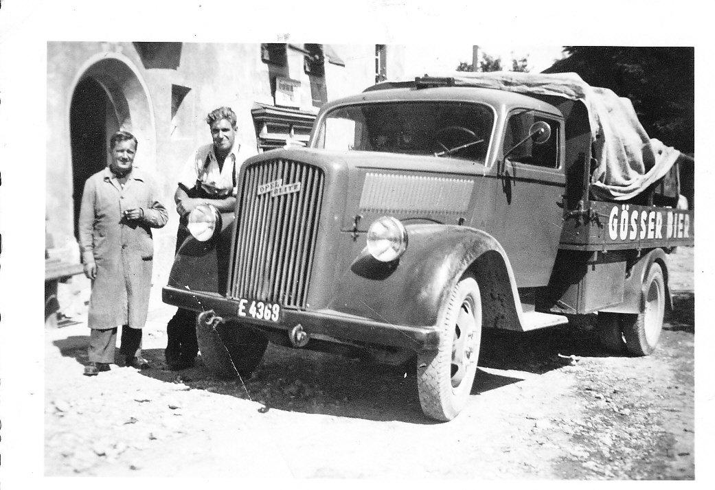 Gemischtwarenhändler Otto Mair mit einer Bierlieferung