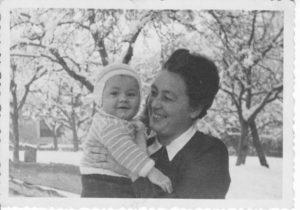 Martha Pittl mit Sohn Pepi