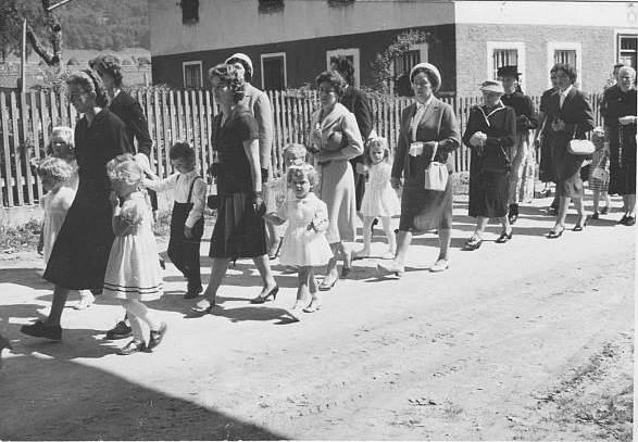 """Prozession durch das Unterdorf (hinten: """"Sölzl"""") in den 1950er Jahren"""