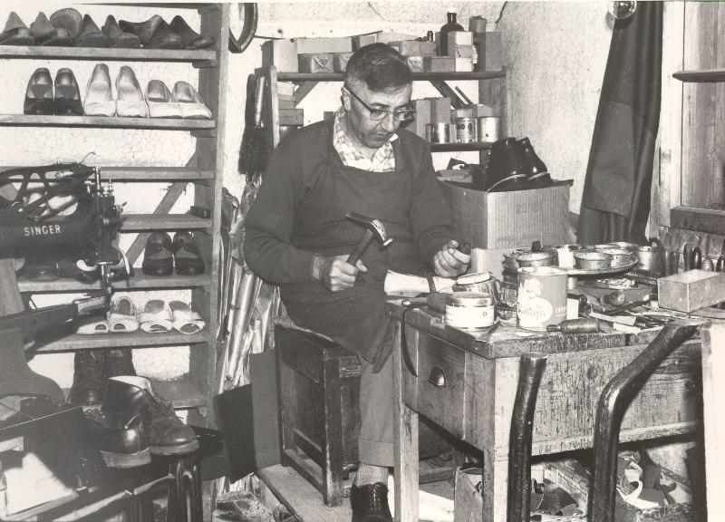 Der letzte Schuster von Mils: Gottlieb Zingerle. Seine Werkstatt war im Peer- Haus