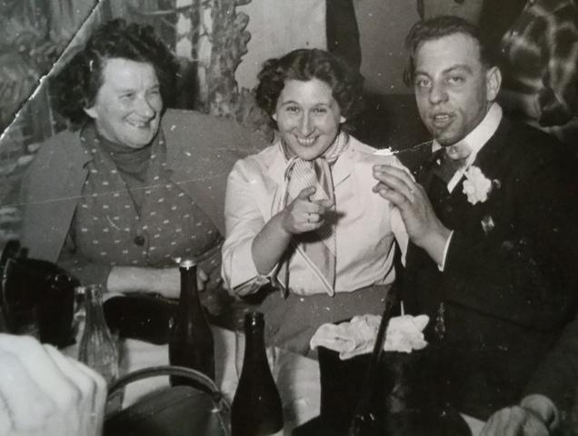 Mitte: Erna Garber (Fischler) mit Mutter und Hans Tiefenthaler