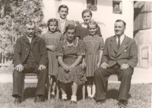 Fam. Lahartinger: v.l.: Johann sen., Berta, Sepp, Anna, Rosa, Marianne, Johann (Bürgermeister)