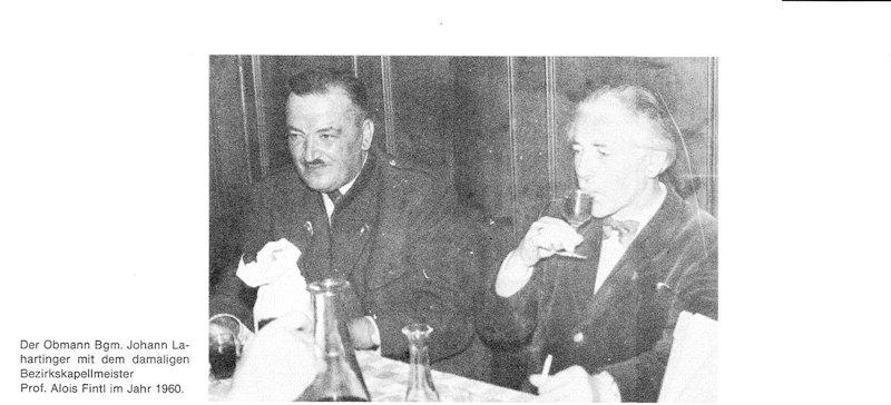 Obmann Bgm. Johann Lahartinger mit Bezirkskapellmeister Alois Fintl 1960