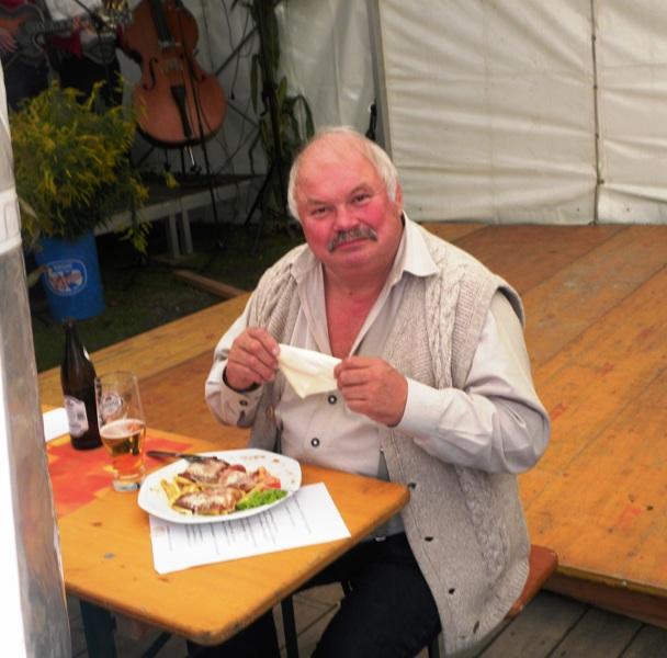 Richard Wechselberger stärkt sich im Zelt (Trachtenfest 2010)