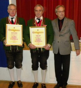Ehrung für 40 Jahre Mitgliedschaft: Kapellmeister Oswald Klinger, Robert Gabl