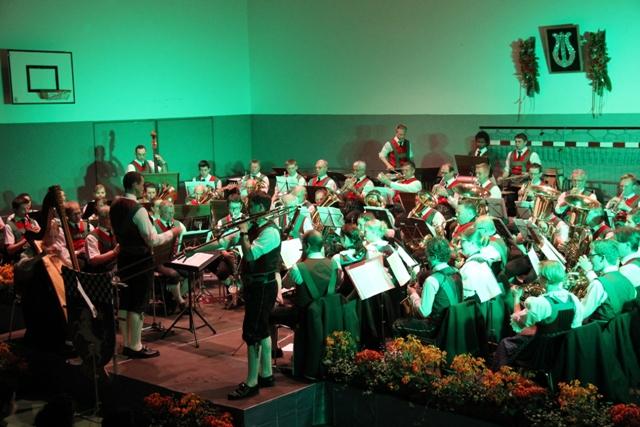 Solist und Kapelle in grün